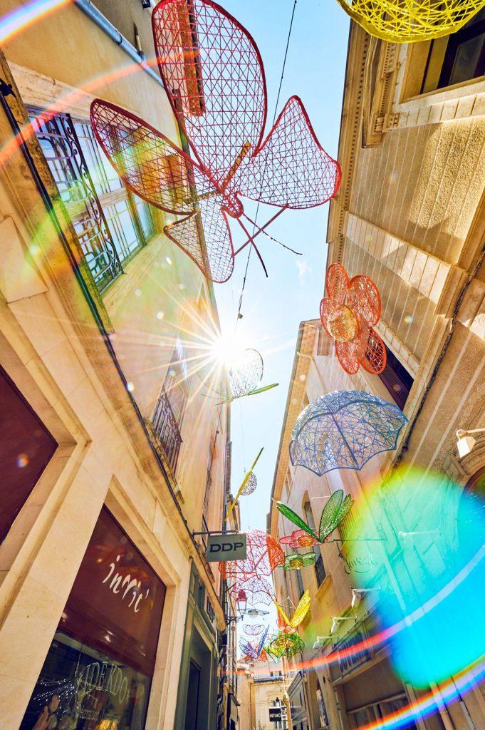 Décoration pour collectivité, structure fibre de verre tissée printanière, fleurs, papillons, parapluie, libellule