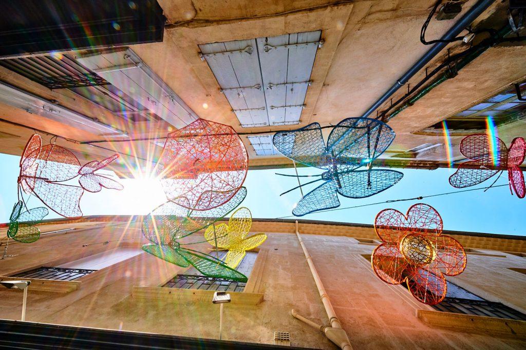 location illuminations professionnels Décoration pour collectivité, structure fibre de verre tissée printanière, fleurs, papillons, parapluie, libellule