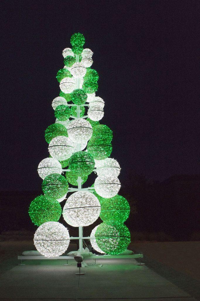 illumination de noël pour collectivité, Sapin 3D construit avec des sphère lumineuses en fibre de verre tissée inspiration tendance tissage