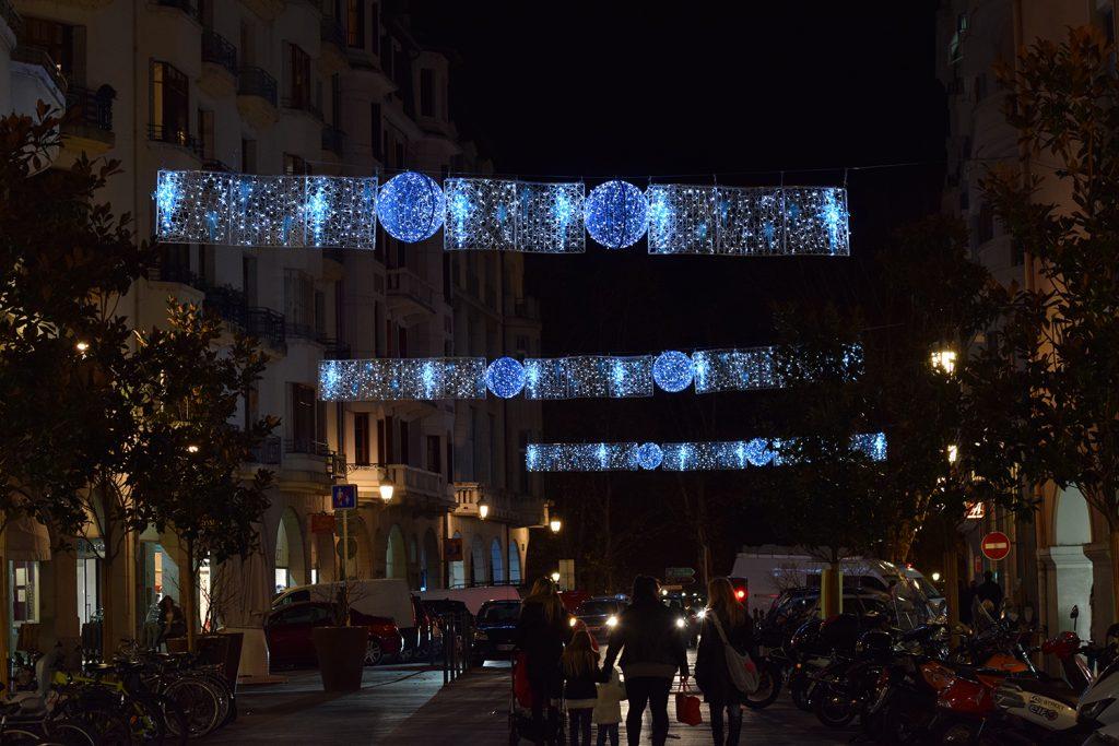 illumination de noël pour collectivité, Traversée lumineuses en fibre de verre tissée Annecy inspiration tendance tissage