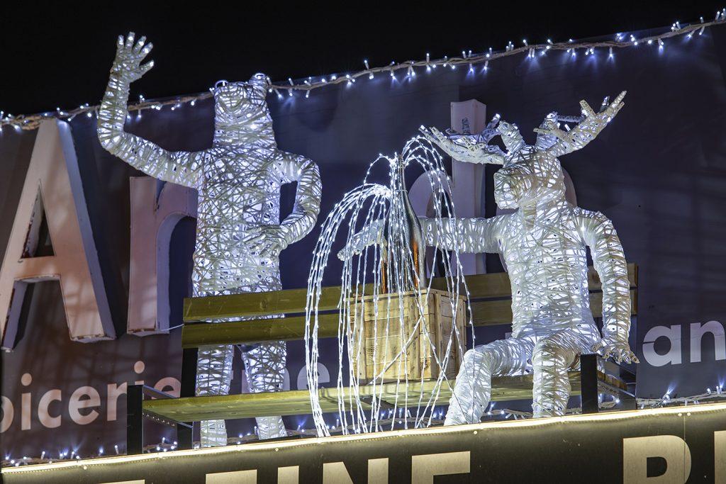 illumination et décoration de façade de boutique avec des structures décoratives lumineuses en fibre de verre tissée, inspiration tendance tissage