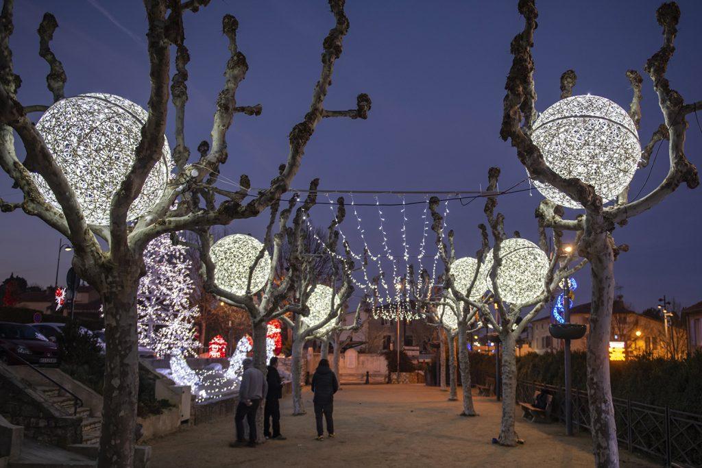 illumination de noël pour collectivité, scène de noël lumineuse en fibre de verre tissée composée de sphère et personnages 3D, inspiration tendance tissage
