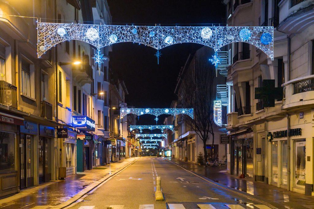 illumination de noël pour collectivité, Traversées de rue lumineuses tissées en fibre de verre annecy inspiration tendance tissage