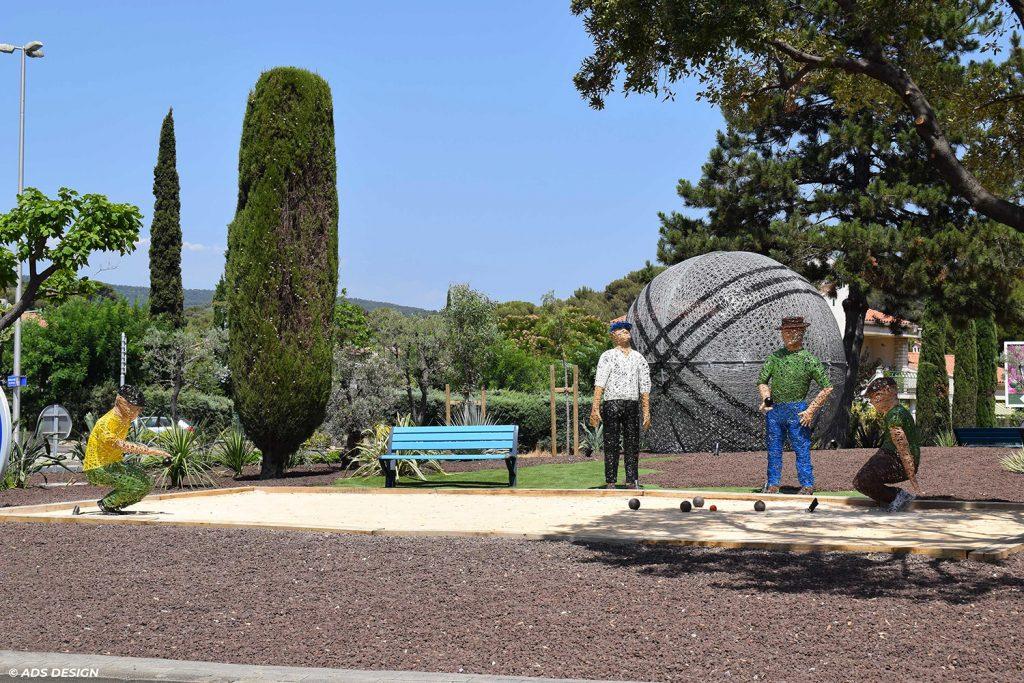 installation pérenne pour collectivité, Boule de pétanque et ses joueurs tissées en fibre de verre à la Ciotat