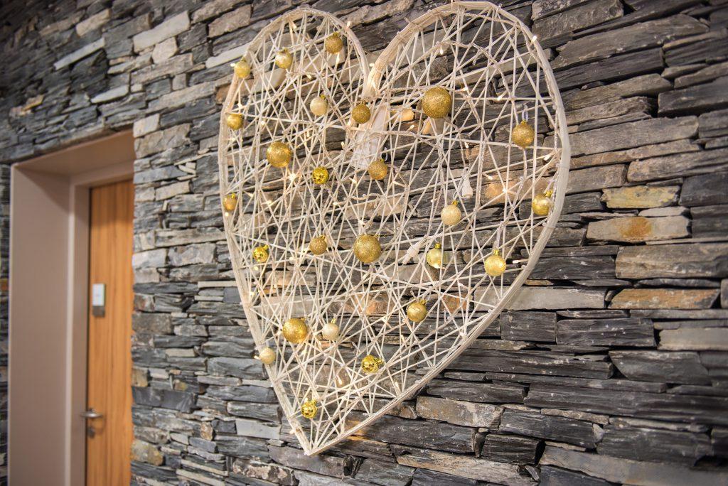 Décoration de mariage, coeur lumineux tissée en fibre de verre et boules décoratives - location décoration lumineuse mariages