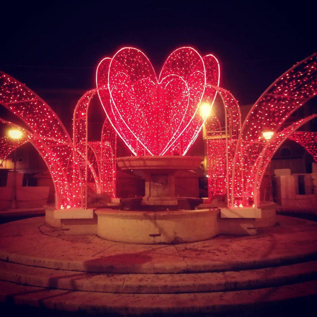Décoration pérenne Fontaine pour la saint Valentin, coeur et pan fontaine lumineux en fibre de verre tissée - location décoration lumineuse mariages