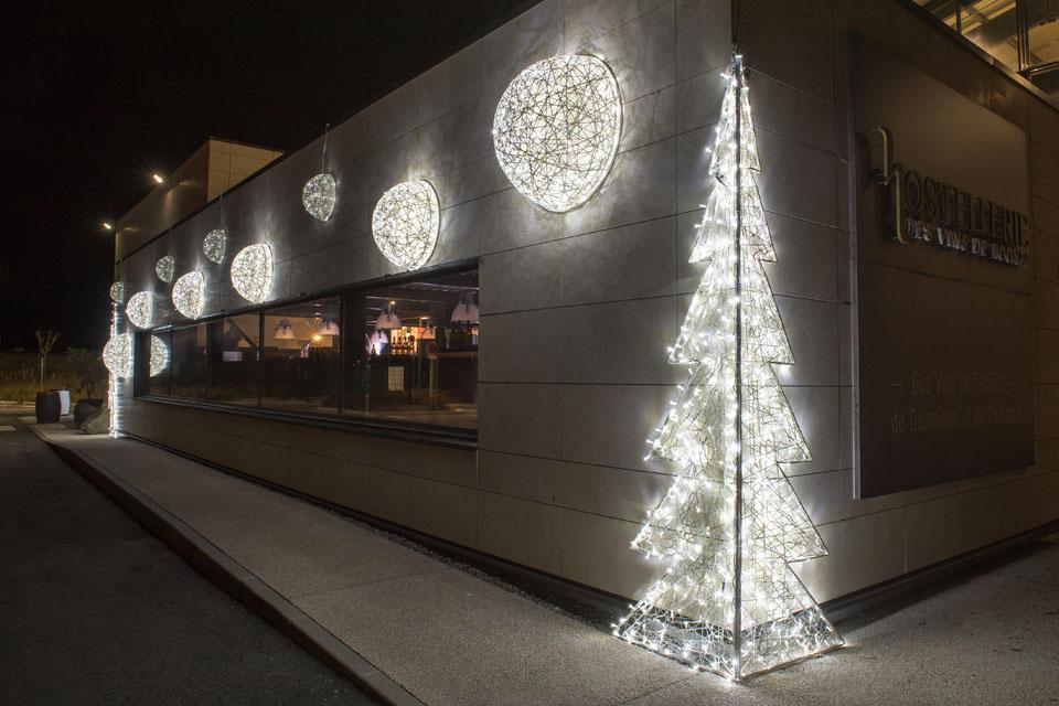 Illumination en fibre de verre tissée sur façade, demi sphères et sapin inspiration tendance tissage