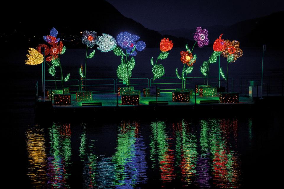 illumination printanière pour collectivité, Fleurs géantes tissées en fibre de verre