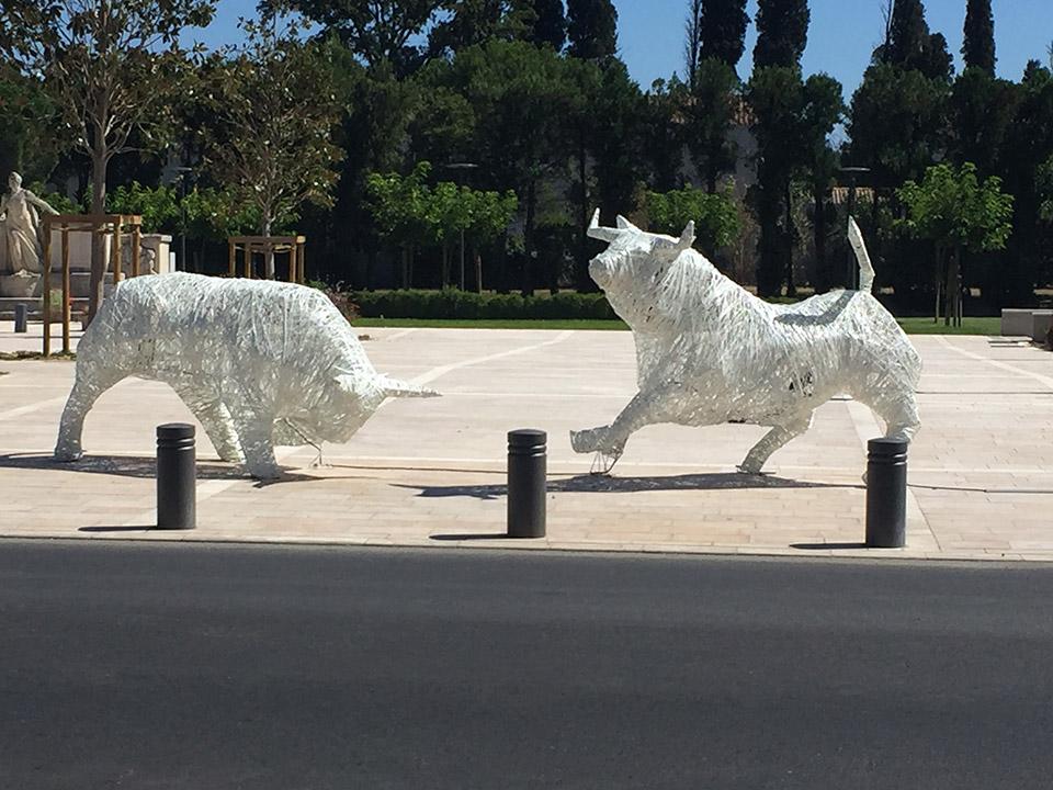 installation lumineuse pérenne pour collectivité, taureaux 3D lumineux tissés en fibre de verre inspiration tendance tissage