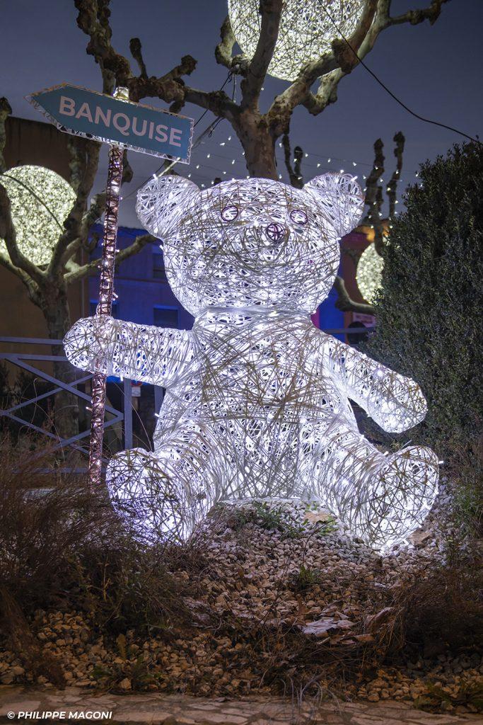 illumination de noël pour collectivité, Ourson en fibre de verre tissée lumineux avec panneau diectionnel,inspiration tendance tissage